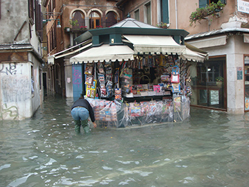 Edicole Venice - High Water at the News Stand